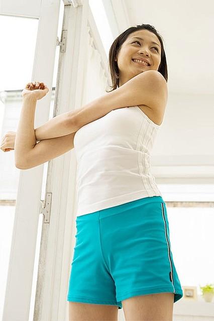 メタルマッスルHMB,筋肉増強,筋力アップ,サプリメント,口コミ,レビュー,ストレッチする女性