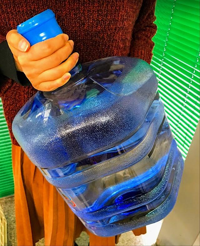 クリクラ,ウォーターサーバー,ボトルを手に持つ