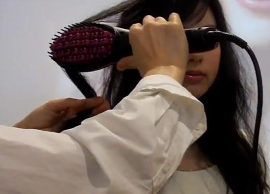 シンプリーストレート,美容師が髪の毛をなでている