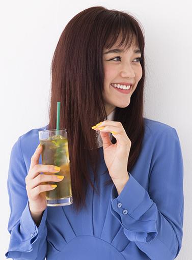 美甘麗茶,びかんれいちゃ,お茶,ノンカロリー,グラスを持つ宮城舞