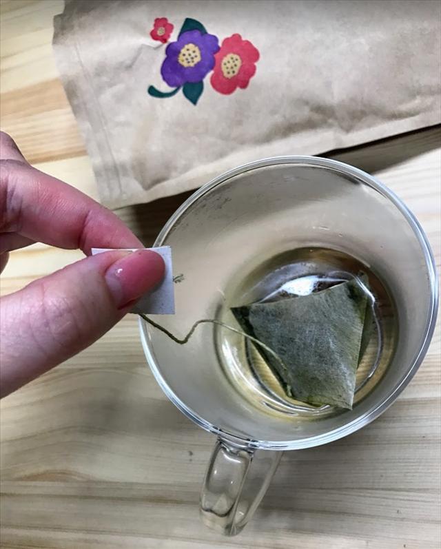 美甘麗茶,びかんれいちゃ,お茶,ノンカロリー,宮城舞,カップにティーバッグを入れる