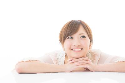 頬杖した笑顔の女性