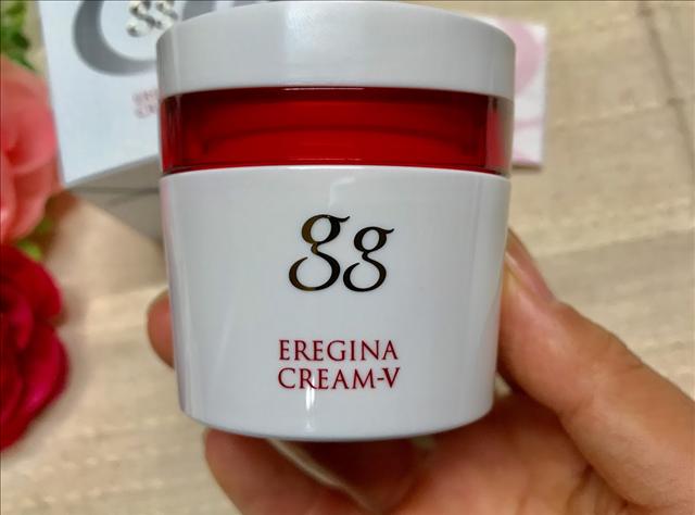 gg(ジージー)エレジナ,クリームを手に持つ