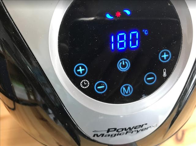 パワーマジックフライヤーで揚げ餅を180℃で加熱中